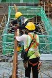 Рабочий-строители изготовляя работу формы тимберса Стоковые Изображения RF