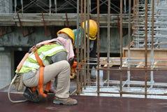 Рабочий-строители изготовляя работу формы тимберса Стоковое фото RF