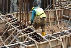 Рабочий-строители изготовляя форма-опалубку земного луча Стоковые Фото