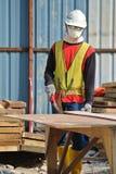 Рабочий-строители изготовляя форму тимберса работают на строительной площадке Стоковая Фотография
