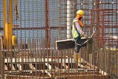 Рабочий-строители изготовляя форму тимберса работают на строительной площадке Стоковая Фотография RF