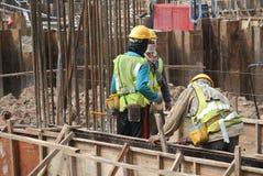 Рабочий-строители изготовляя форму тимберса работают на строительной площадке Стоковое Изображение