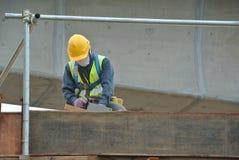Рабочий-строители изготовляя форму тимберса работают на строительной площадке Стоковые Изображения