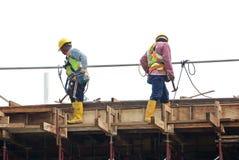 Рабочий-строители изготовляя форму тимберса работают на строительной площадке Стоковые Фото