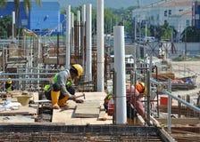 Рабочий-строители изготовляя форму тимберса работают на строительной площадке Стоковое фото RF
