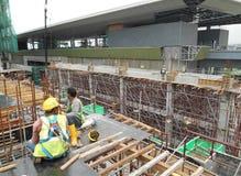 Рабочий-строители изготовляя форму тимберса работают на строительной площадке Стоковые Фотографии RF