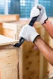 Рабочий-строители на коробке древесины конца места Стоковые Изображения RF
