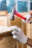 Рабочий-строители на коробке древесины конца места Стоковое Изображение RF