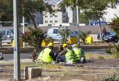 Рабочий-строители отдыхая на улице на обеденном времени Стоковые Изображения