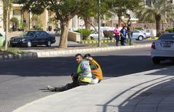 Рабочий-строители отдыхая на улице на обеденном времени Стоковые Фото