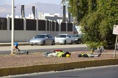 Рабочий-строители отдыхая на улице на обеденном времени Стоковые Фотографии RF