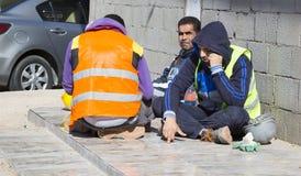Рабочий-строители отдыхая на улице на обеденном времени Стоковые Изображения RF