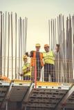 Рабочий-строители при пинцеты представляя 5 Стоковое Изображение