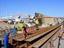 Рабочий-строители строя приливную стену Стоковое фото RF