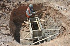 Рабочий-строители устанавливая форма-опалубку крышки кучи Стоковые Фотографии RF