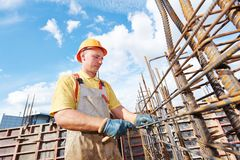 Рабочий-строитель делая подкрепление Стоковые Фото