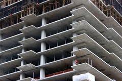 Рабочий-строитель на незаконченном Highrise стоковое изображение rf