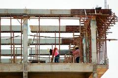 Рабочий-строитель на ремонтине Стоковые Изображения