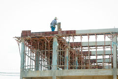Рабочий-строитель на ремонтине Стоковые Фото