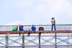 Рабочий-строитель на строительной площадке Стоковое фото RF