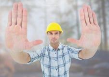 Рабочий-строитель показывать руки стопа перед строительной площадкой Стоковая Фотография