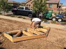 Рабочий-строитель работая на обрамляя процессе для новой дом стоковое фото