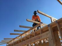 Рабочий-строитель работая на обрамляя процессе для новой дом стоковые фотографии rf