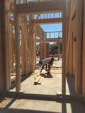 Рабочий-строитель работая на обрамляя процессе для новой дом стоковые фото