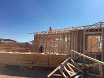 Рабочий-строитель работая на обрамляя процессе для новой дом стоковая фотография rf