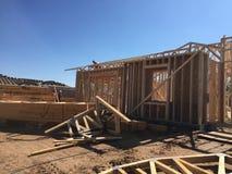 Рабочий-строитель работая на обрамляя процессе для новой дом стоковое фото rf