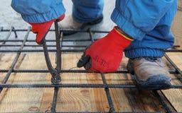 Рабочий-строитель работая на стальных штангах Стоковое Изображение RF