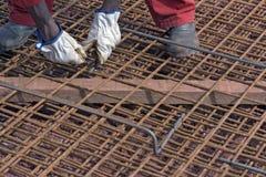 Рабочий-строитель собирая железную рамку Стоковая Фотография