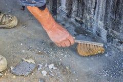 Рабочий-строитель с бетоном 3 веника подметая Стоковое Изображение RF