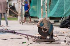 Рабочий-строитель с и электрическая пила Стоковая Фотография RF
