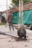 Рабочий-строитель с и электрическая пила Стоковое Изображение