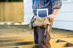 Рабочий-строитель с планшетом и Стоковая Фотография