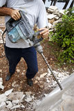 Рабочий-строитель с сверля машиной стоковое изображение