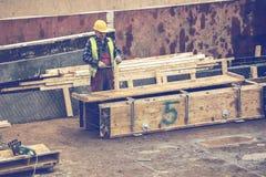 Рабочий-строитель с форма-опалубкой 2 молотка изготовляя Стоковое Изображение RF