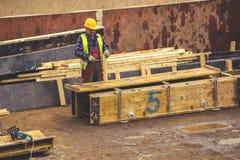 Рабочий-строитель с форма-опалубкой 4 молотка изготовляя Стоковое Фото