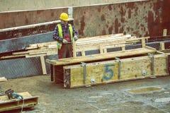 Рабочий-строитель с форма-опалубкой 3 молотка изготовляя Стоковые Изображения RF