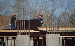 2 рабочий-строителя держа большую плиту Стоковое Фото