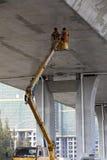2 рабочий-строителя работают под дорогой Стоковые Изображения RF