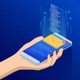 Равновеликие электронная почта или sms app на экране smartphone Новое сообщение получено Женские пальцы касаясь smartphone с почт Стоковые Фото