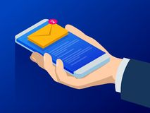 Равновеликие электронная почта или sms app на экране smartphone Новое сообщение получено Мужские пальцы касаясь smartphone с почт Стоковая Фотография