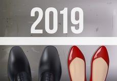 Равность возможности символизированная ботинками человека и женщины перед исходным рубежом 2019 иллюстрация вектора