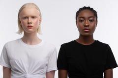 Равные женщины с различным положением возникновения около одина друг стоковые фотографии rf