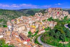 Рагуза, остров Сицилии, Италия: Панорамный вид Рагузы Ibla, барочного гор стоковое изображение rf