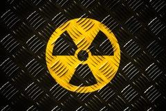 Радиоактивное ионизирующее излучение вокруг желтого и черного символа опасности покрашенного на массивной стальной плите диаманта стоковые изображения