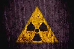 Радиоактивный символ опасности ионизирующего излучения покрашенный на массивнейшей бетонной стене Стоковая Фотография RF