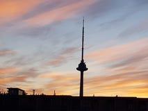 Радиовышка ТВ взгляда неба стоковая фотография rf